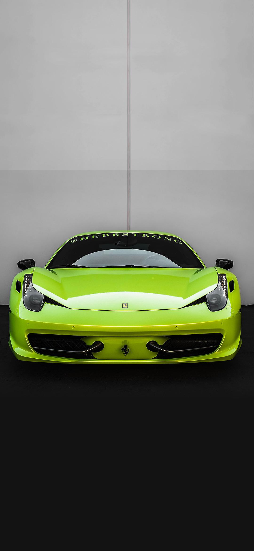 خلفية سيارة فيراري خضراء أمام جدار اسمنتي