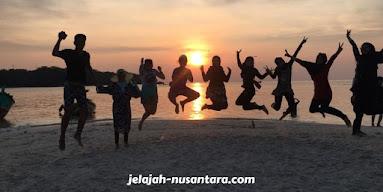 aktivitas wisata menunggu sunset di pulau perak