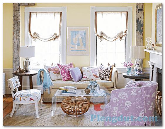Ide 10: Kursi, sofa serta bantal kursi bercorak desain beranekaragam bisa menambah kesan ruangan menjadi ramai serta rapi.