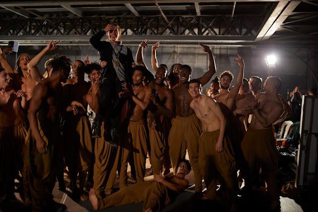 Danseurs dans les coulisses du défilé Balmain hommes automne 2020. Photo: Francisco Gomez de Villaboa / WWD