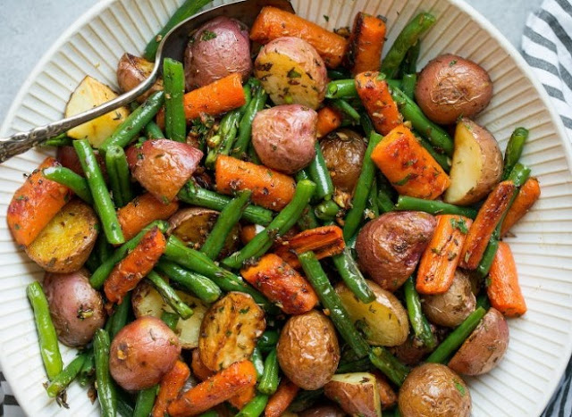 Garlic Herb Roasted Potatoes Carrots and Green Beans #vegan #healthy