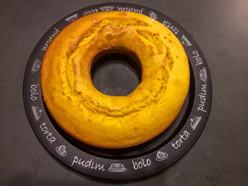O maridão Thiago Inter faz bolo básico no Vida de Cozinheiro.