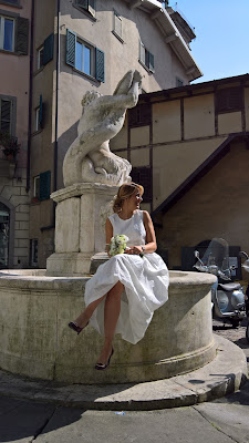 Everyday scenes of Bergamo: A happy bride on Fontana del delfino.
