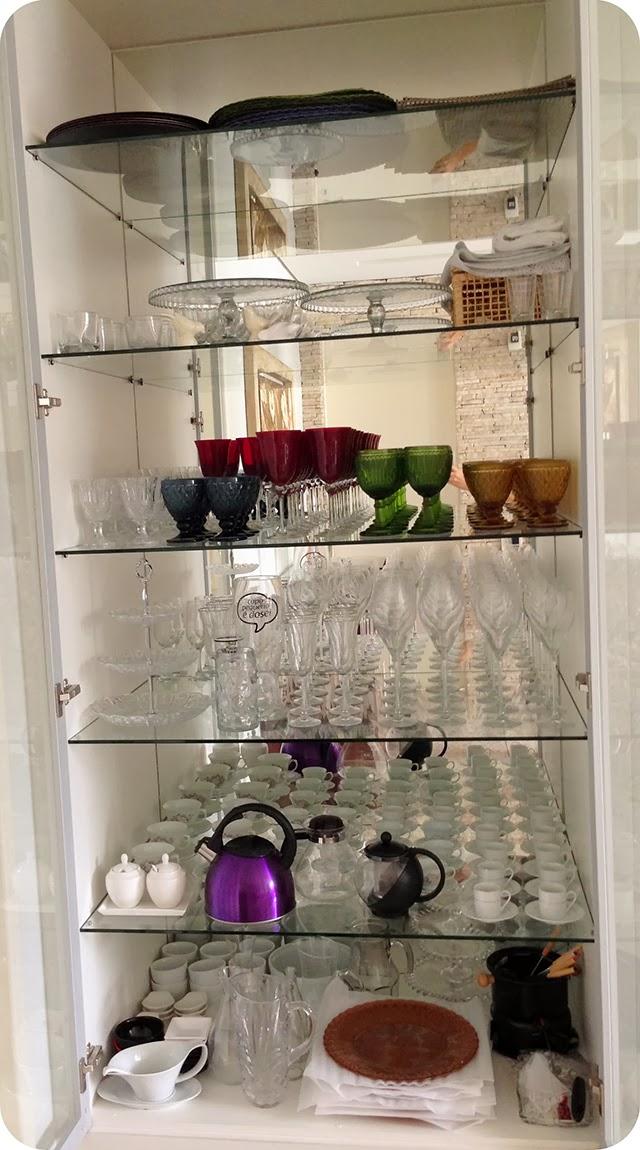 Cristaleira Moderna com prateleira e porta em vidro e espelho no interior - Parte interior : louças taças xícaras jogo americano sousplat acessórios de mesa