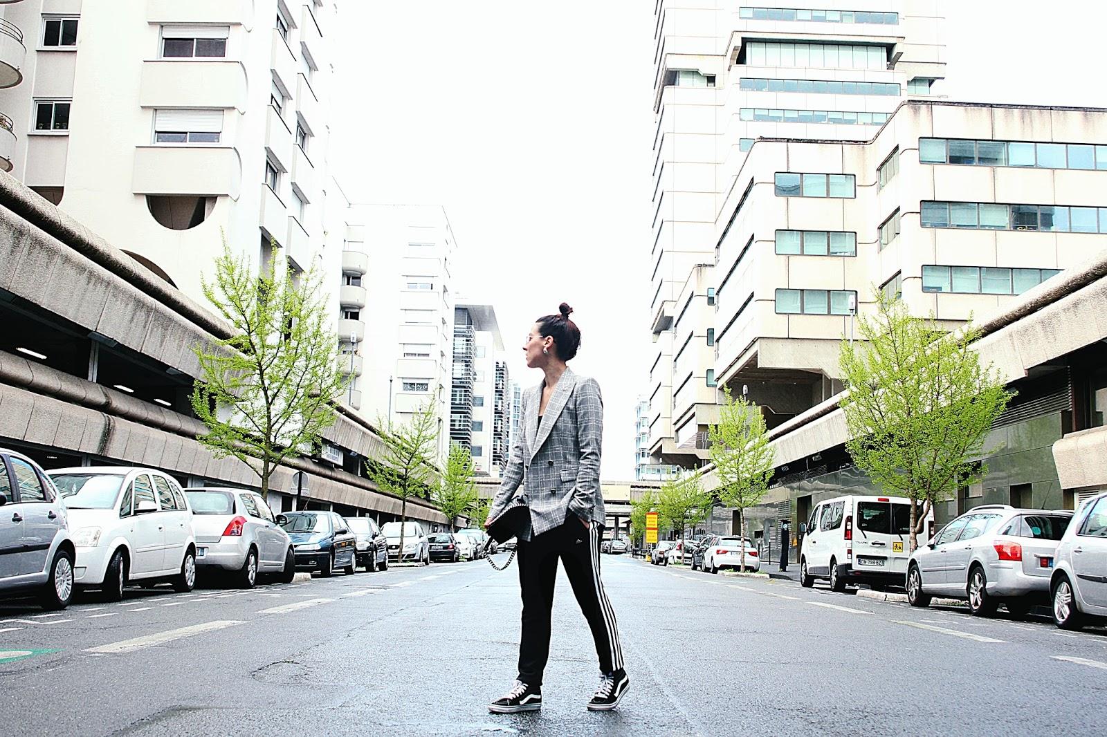 blog de mode avec look jogging adidas avec blazer carreaux et vans