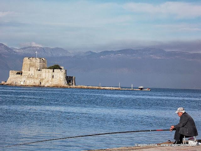 Pescaria em Nafplio em meio a um mar azulíssimo