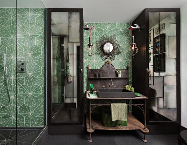 baie in stil vintage si faianta verde cu motive geometrice