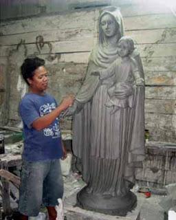 Membuat model patung Maria menggendong anak
