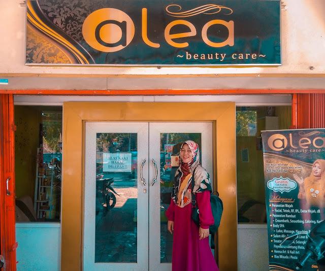 berfoto di pintu masuk salon alea beauty care bengkulu