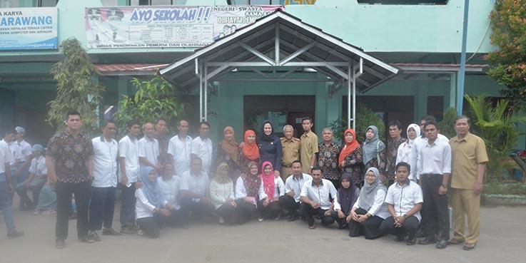 Bupati Karawang dr. Cellica Nurrachadiana foto bersama usai upacara bendera di Lapang SMK BK.