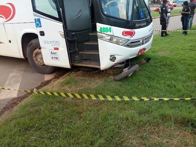 Acidente envolvendo um ônibus e uma motocicleta é registrado no Setor 13