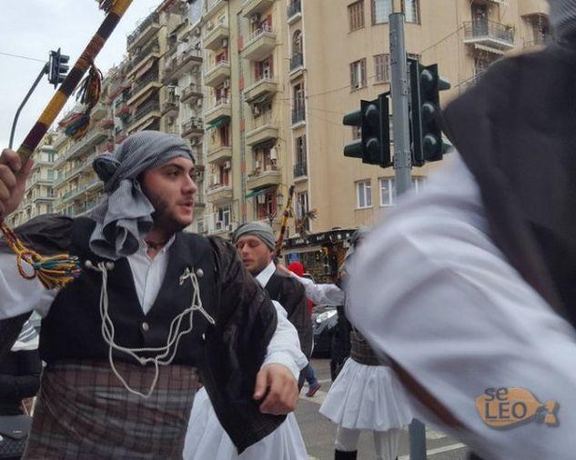 ΕΛΛΑΔΑΡΑ ΜΟΥ ! ΦΑΝΤΑΣΜΑΓΟΡΙΚΟ θέαμα! ΤΡΕΛΑΝΑΝ τη Θεσσαλονίκη οι φουστανελάδες από τη Χαλάστρα! Χόρεψαν με τα σπαθιά στα χέρια! (ΒΙΝΤΕΟ