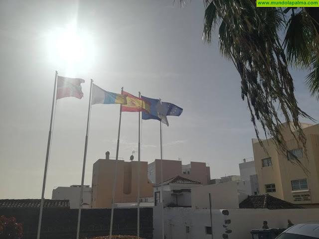 Gabriel Mato hace entrega de una bandera oficial de la UE al Real Castillo de Santa Catalina de Alejandría