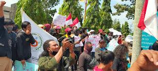 Ratusan Warga Sungai Bahar Gelar Aksi Demo Kantor PLN ULP Muara Bulian,Keluhkan Listrik Kerap Padam