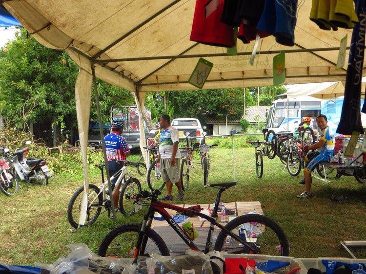 много горных велосипедов участников гонки