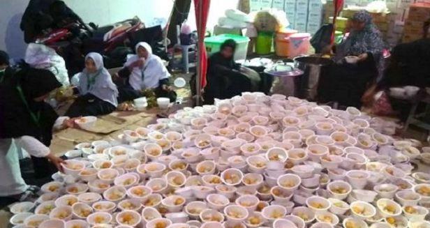 Puluhan Sukarelawan Turun Siapkan Makanan di Acara Reuni 212