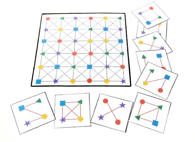 na zdjęciu plansza z nadrukowanymi kolorowymi kształtami, obok leża karty wzorów do odwzorowania