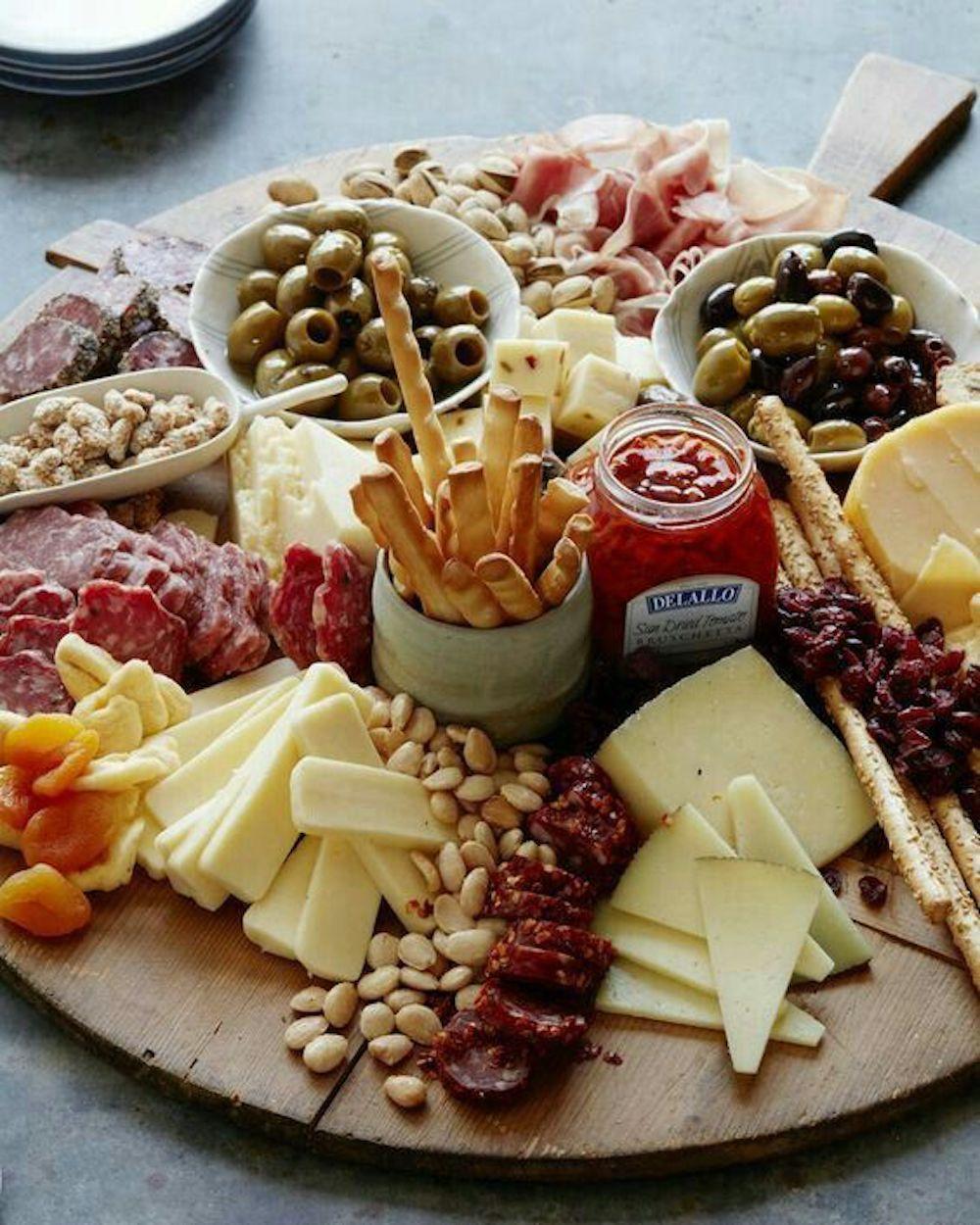 Cena informal con tablas de madera  y alimentos saludables