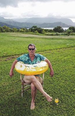 Witziges Sommer Bild - lustiger Mann mit Schwimmreifen - Schlechte Laune im Urlaub