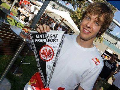 Fórmula 1 - Foto de Sebastian Vettel segurando uma Flâmula do Eintracht Frankfurt.