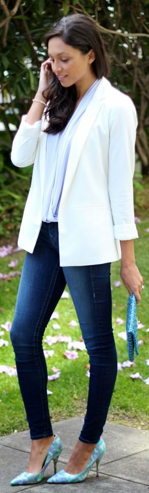 street stye: elegant white tuxedo jacket with skinny jeans and blue heels