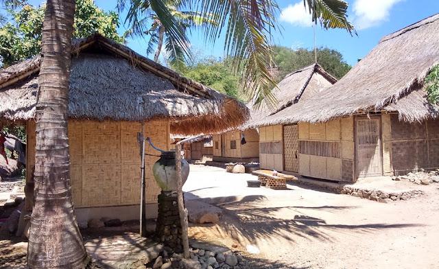 Berkunjung ke Desa Sasak serta Pantai Kuta