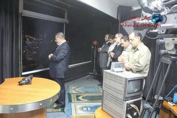Momen Mursi Menghentikan Syuting di Al Jazeera untuk Sholat Berjamaah