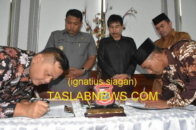 Walikota Tanjungbalai H M Syahrial didampingi Wakil Ketua DPRD Ir Rusnaldi Dharma saat menyaksikan perwakilan PT Arya Jaya dan UD Electro menandatangani MoU di Aula II Kantor Walikota Tanjungbalai, Selasa (14/8).