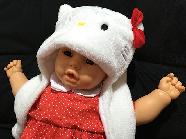 Meu Bebê com vestinho vermelho e touquinha da Hello Kitty