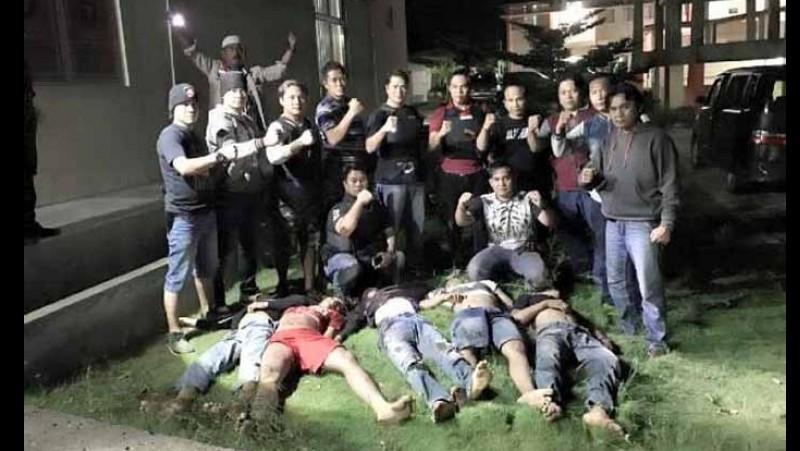 Polisi berfoto dengan 5 jenazah begal
