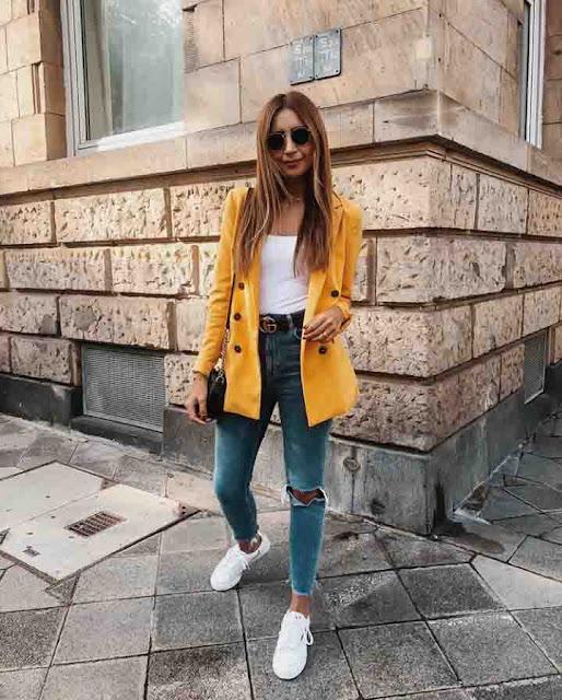 Calça jeans destroyed, body e blazer amarelo