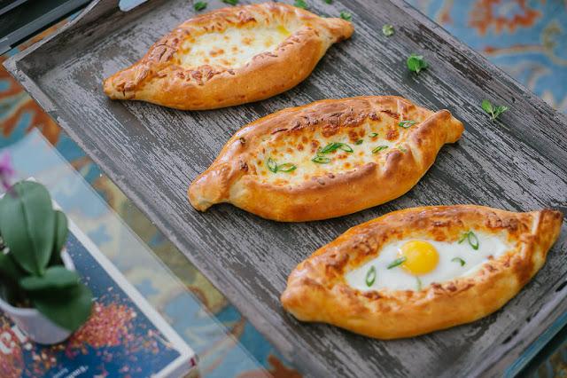 Đặc biệt tại những vùng khác nhau ở Gruzia, sẽ có những loại nhân bánh khác nhau, có vùng chuộng rau củ, có vùng chuộng nhân thịt, nhưng điểm chung của Khachapuri truyền thống đó là phải có phô mai và trứng.