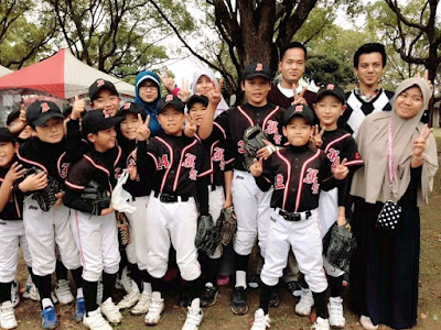 Foto bersama dengan anak-anak pada saat latihan Baseball