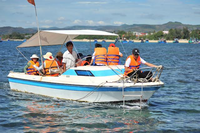 Đi cano tham quan một vòng Hòn Yến và lặn biển ngắm san hô