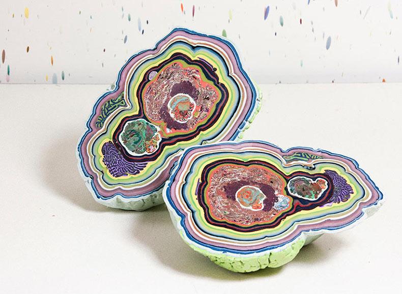 Esculturas semejante a geodas formadas de capas coloridas de cera de abejas fundida