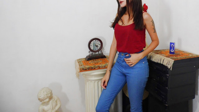 calça de cintura alta e regata de seda