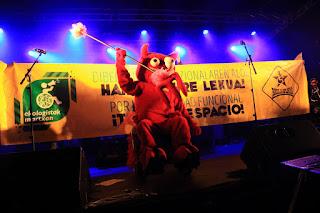 La mascota de txosnas en el concierto de Tremenda Jauría