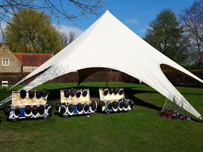 scherm uitrusting met tent buiten op gras