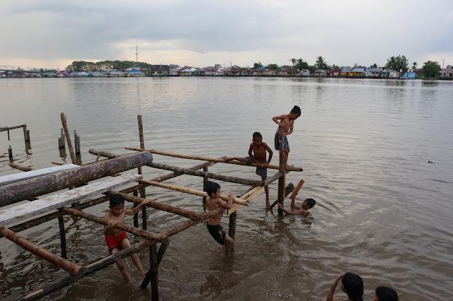 Anak anak bermain di Kampung warna warni Kuantan Tepian Kapuas