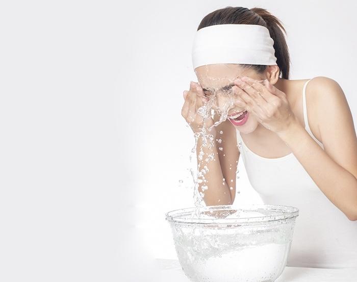 Rửa mặt thường xuyên bằng nước lạnh giúp se khít lỗ chân lông