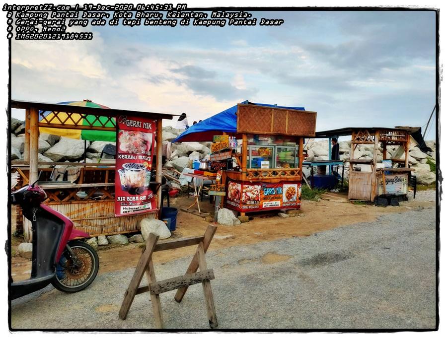gambar Antara gerai yang ada di tepi benteng Kampung Pantai Dasar yang menjual pelbagai makanan dan minuman