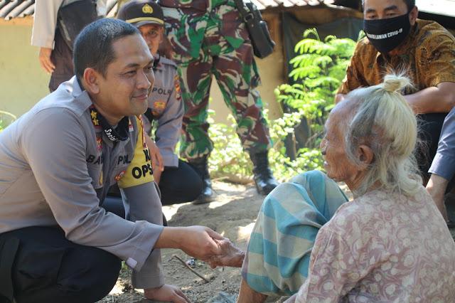 Tidak Layak Huni, TNI Polri di Lombok Barat Bedah Rumah Seorang Nenek