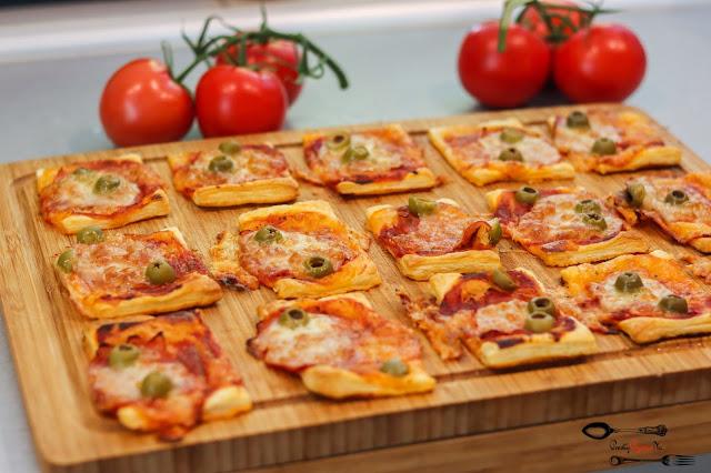 przekąski, przekąski na imprezę, ciasto francuskie, przekąski z ciasta francuskiego, pizzerinki, mini pizze, pizzerinki z mozarellą, pizzerinki z szynką, chleb,