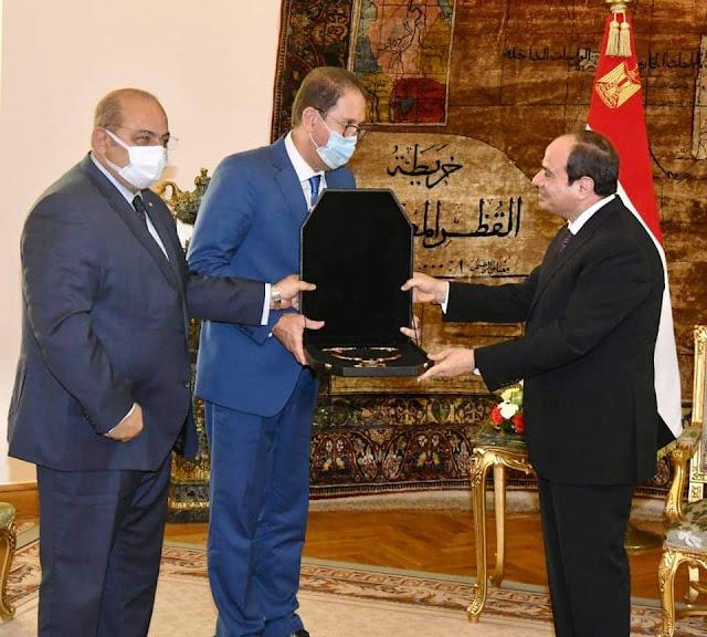 رئيس اللجنة الاولمبية الافريقية يقلد الرئيس وسام الاستحقاق الخاص باللجنة الأولمبية الأفريقية