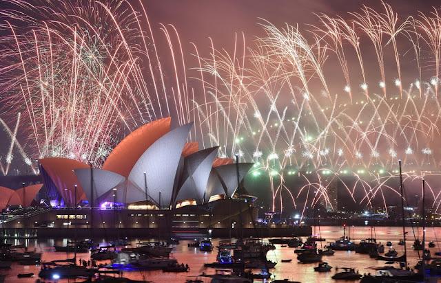 Sydney là một trong những thành phố đón năm mới đầu tiên trên thế giới và màn trình diễn pháo hoa tại đây luôn rất ấn tượng. Có vô vàn cách để chiêm ngưỡng thời khắc này. Tuy nhiên, ngắm pháo hoa trên một chiếc thuyền với tầm nhìn rộng rãi là một trong những cách tuyệt vời nhất.
