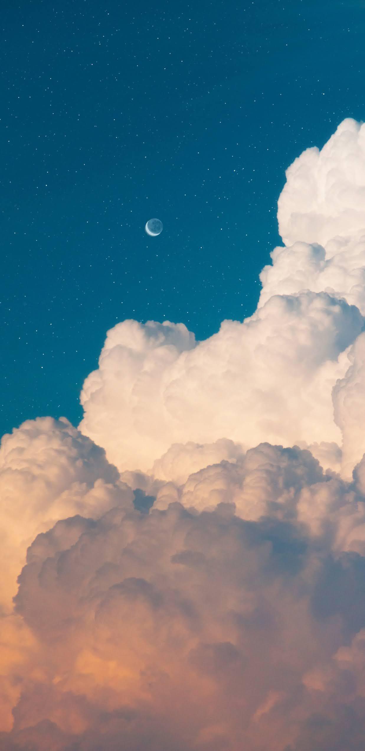 Mặt trăng khuyết giữa bầu trời đầy mây