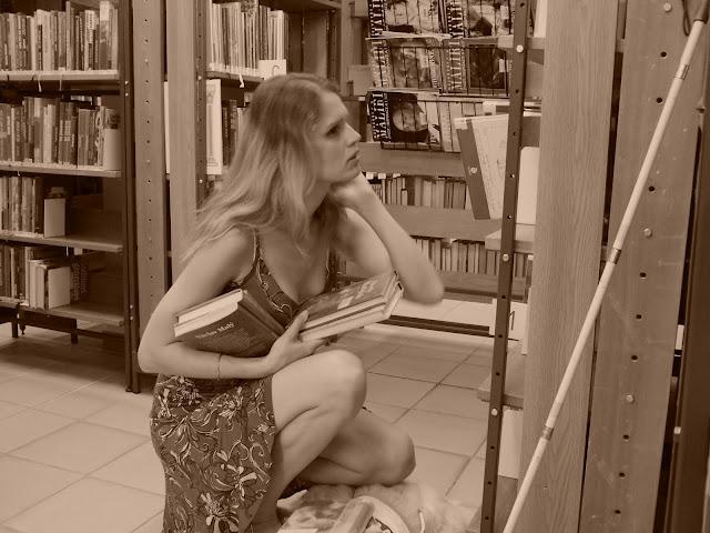 Linda v knihovně vybírá knihy