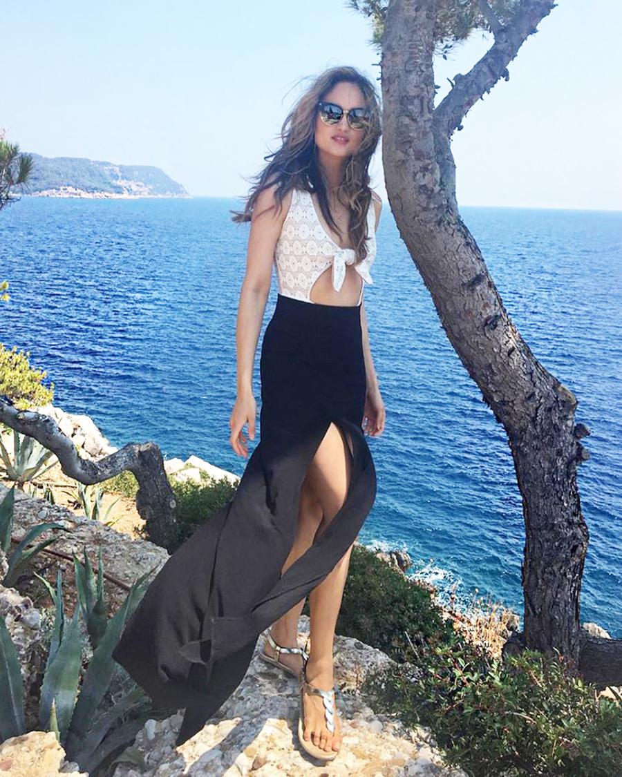 Cinta Laura pamer paha mulus dengan balahan rok tinggi