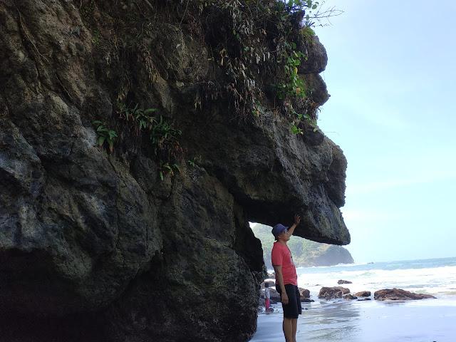 tebing di pantai lampon untuk spot