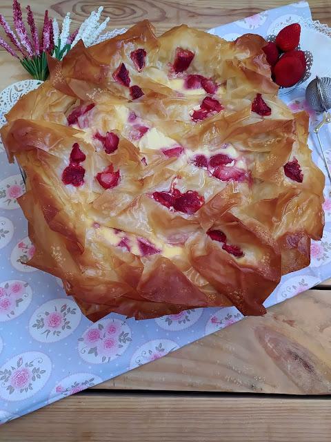 Gibanica. Tarta de masa filo, queso ricota y fresas. Postre, receta, con horno, de Montenegro, típica, tradicional, mermelada, Cuca